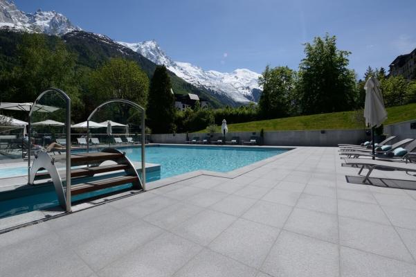 Terrasse et piscine dallage granit gris Horton